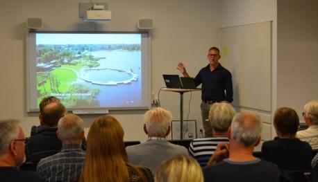 Formand for Jels Lokalråd Niels Bendix Rasmussen fortæller om arbejdet med den nye strategi og visionsplan. Foto: Benny Christensen.
