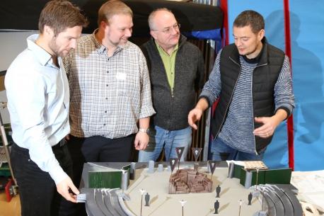 Fra venstre Instruktør David Owe, Formand Bruno Bennedsen, Forfatter Thomas Howalt samt Scenograf Nicolaj Trap der er samlet om en model af scenen til årets forestilling; Thor, hammer og kærlighed.