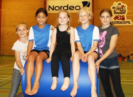 En håndfuld lokale gymnastikpiger på den nye flikflakmaskine. Foto: Jels IF.