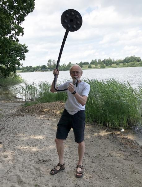 Kurt Videbæk med én af de nye bronzelurer. Foto: Jels Vikingespil.