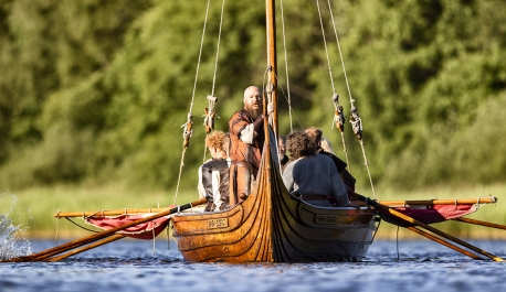 Janus Harloff Lynggaard (stående i midten) står stadig i spidsen for Jels Vikingespil efter gårsdagens ekstraordinære generalforsamling. Foto: Frank Cilius.