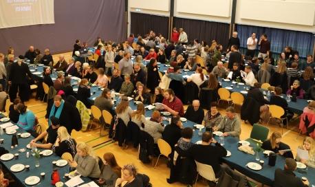 Infomødet er startskuddet på 2020-sæsonen - her hygger nye og gamle vikinger og bliver informeret omkring den kommende sæson. Foto: Jels Vikingespil.